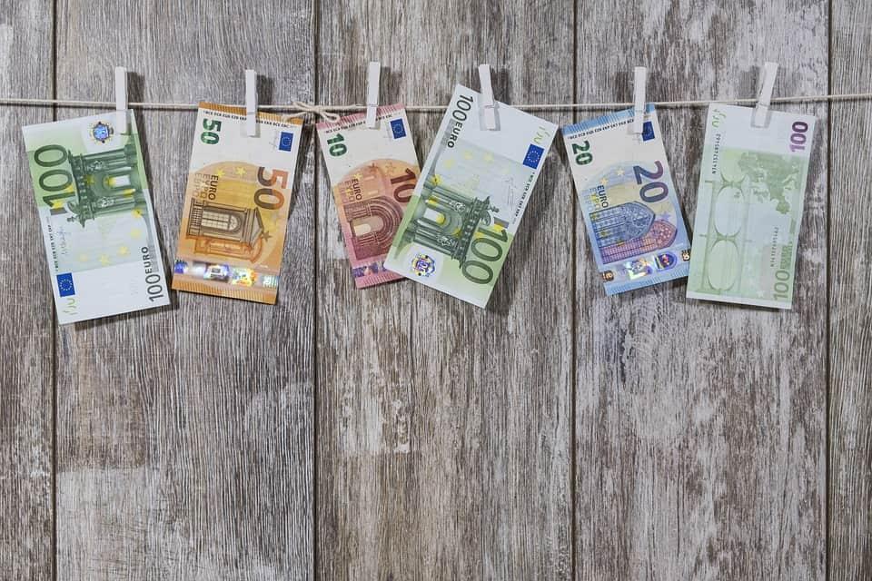 European stock markets open lower