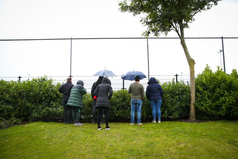 Parents watch outside the sports field to see how their children can still play the sport.  Height Dutch / ANP photo