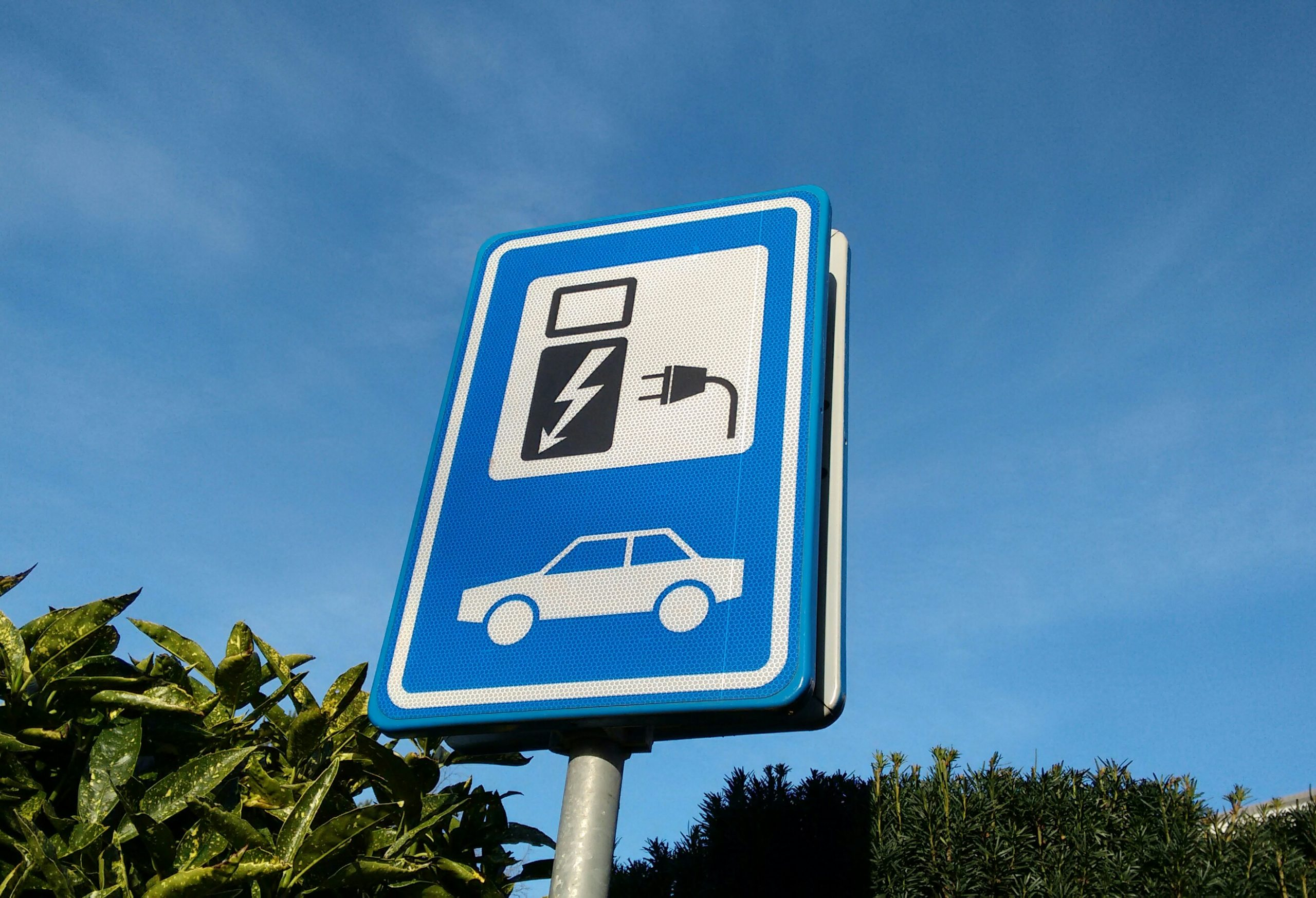 Big car manufacturers want to build faster charging stations in Europe
