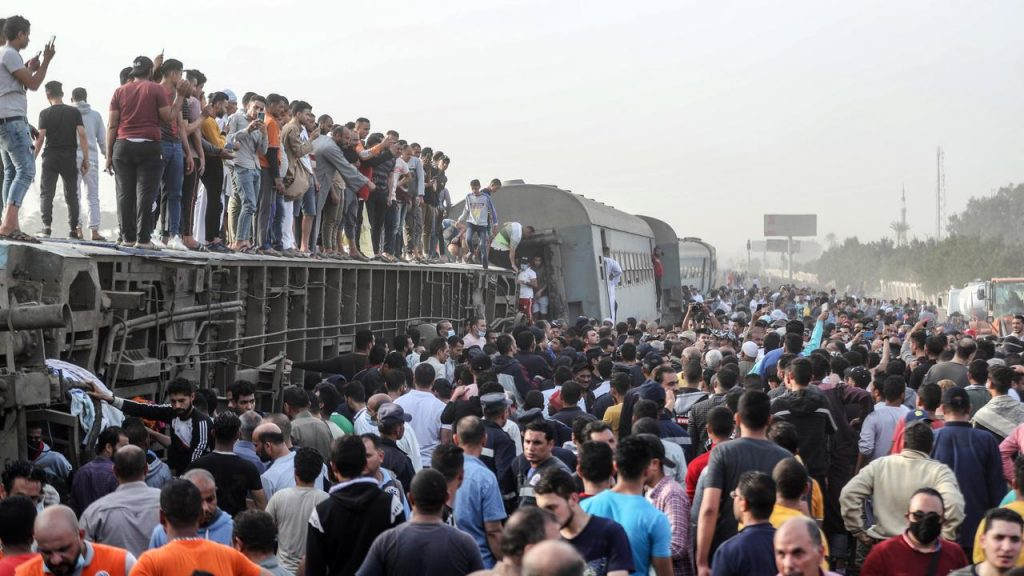 11 dead and about 100 wounded in a derailment in Egypt |  right Now