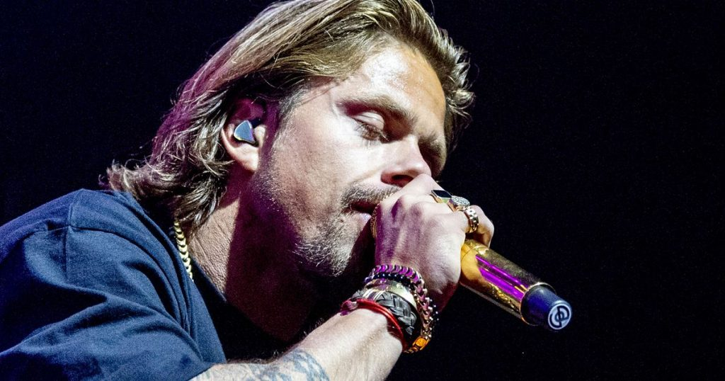 André Hazes says goodbye to his son  stars