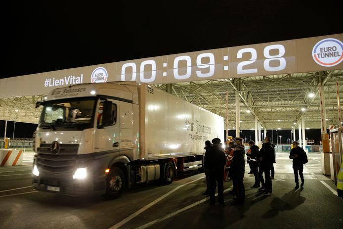 Shortly after midnight, the first truck from Estonia entered the Eurotunnel station to take the train that ran through the Canal Tunnel.