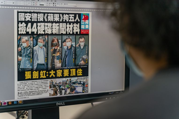 The editor of the Apple Daily with the front page of the Friday newspaper on his screen, which displays photos of the five arrested executives.  Image Getty Images
