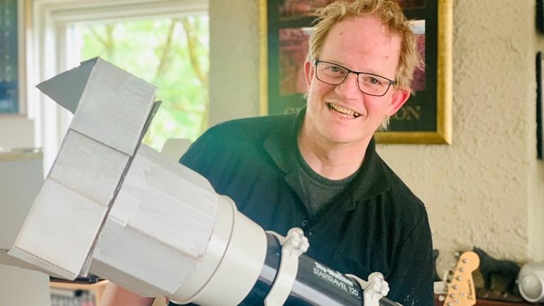 Arthur uit Hengelo met 1 van z'n telescopen waarmee hij vandaag de zonsverduistering gaat zien (Foto: RTV Oost)