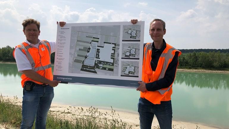 Iwan Reerink en Jildert Hijlkema presenteren het nieuwe zandwinningsplan bij Een (Rechten: RTV Drenthe/Jasmijn Wijnbergen)