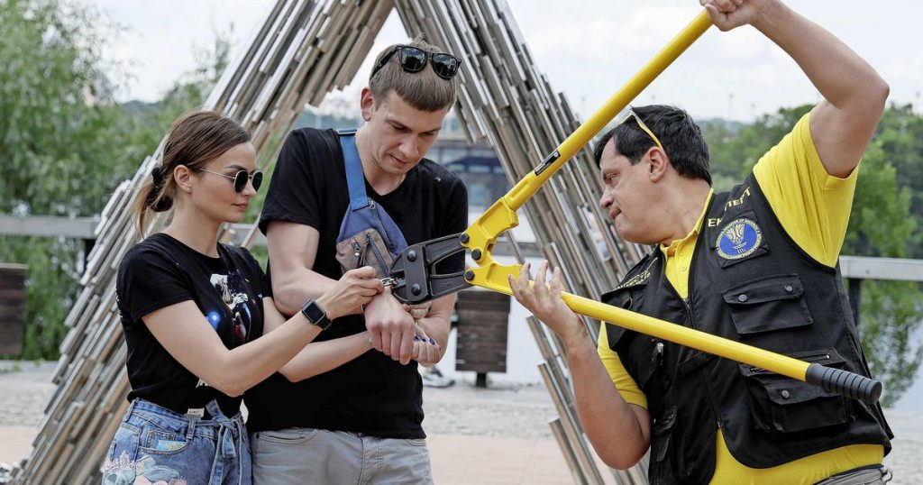 """Handcuffed couple for months: """"Don't imitate us"""" 