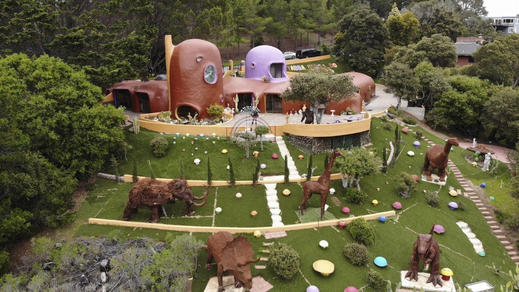 The owner of the controversial Flintstone home in the United States is right: dinosaurs can stay