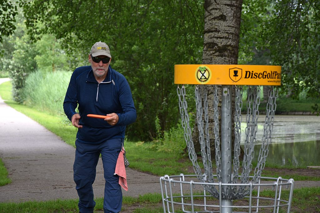 Henry Hekman speelt disc golf.
