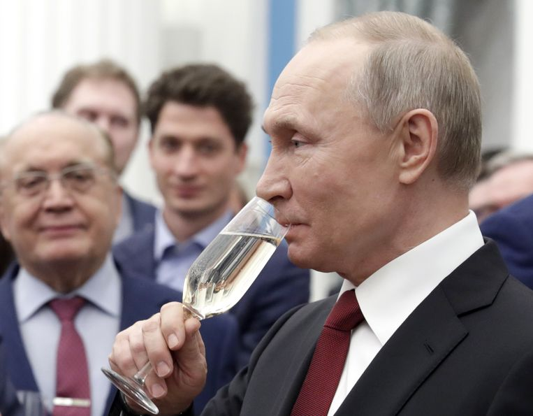 """French angry: Champagne is now called """"sparkling wine"""" in Russia"""
