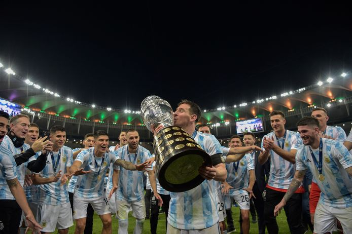Messi accepts the cup.
