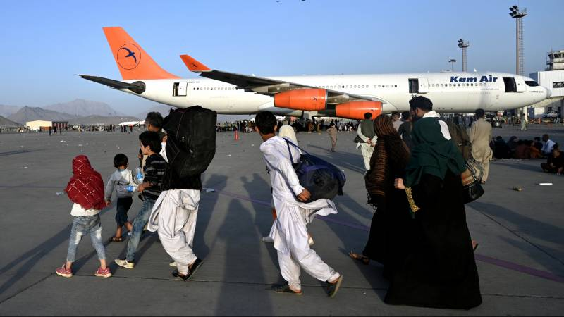 After a chaotic day at the airport, the evacuation from Afghanistan begins