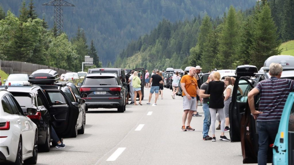 Black Saturday's biggest peak, traffic jams are slowly decreasing