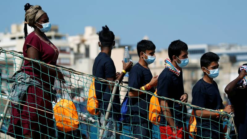 Rescue ships carrying hundreds of migrants have been allowed to dock in Italy