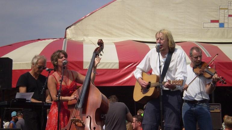 Jan Rot (tweede van rechts) samen met o.a. Marjolein Meijers op Lowlands in 2008.