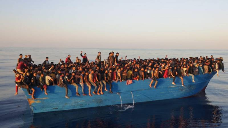 A fishing boat carrying 700 migrants arrives in Lampedusa
