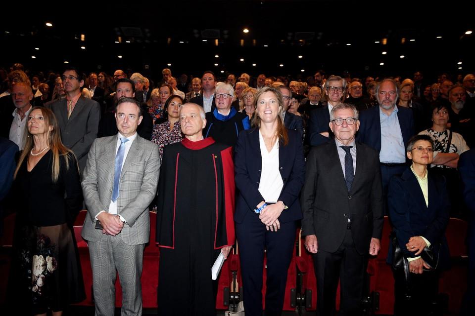 Row 1, left to right: Pascal de Groot (Director General of AP Hogeschool), Mayor of Bart De Wever (N-VA), University President Herman van Goethem (UAntwerp), Home Secretary Annelies Verlinden (CD&V) and Antwerp Governor Kathy Birx.