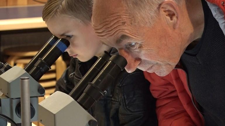 Jong en oud keken hun ogen uit in het Hunebedcentrum (Rechten: RTV Drenthe/Hjalmar Guit)