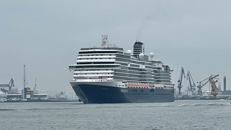 De MS Rotterdam onderweg naar de Cruise Terminal